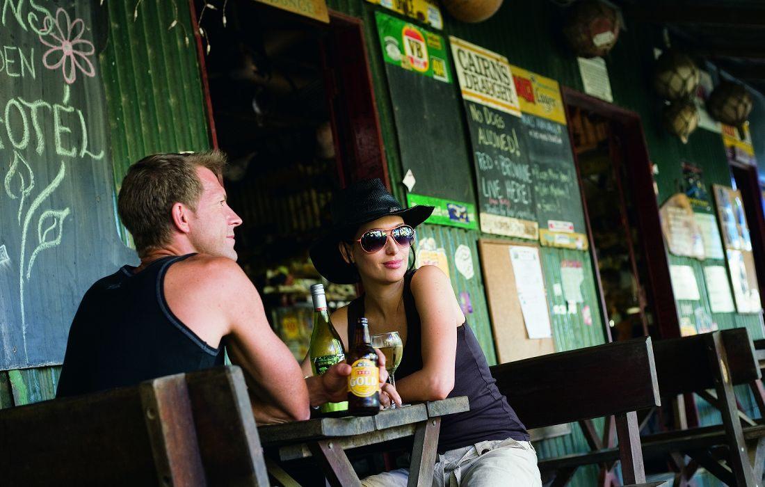 port-douglas-holiday-couple-pub